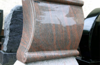 Aus Twilight Red gefertigter Stein in Form einer Papürosrolle