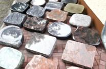 Eine Auswahl von Liegesteinen in verschiedenen Formen und Materialien